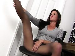American cougar Joclyn takes care of her pantyhosed muff